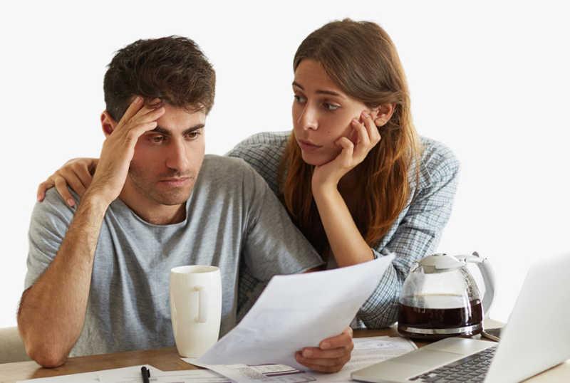 Emprendedor sufriendo por una empresa con demasiadas deudas